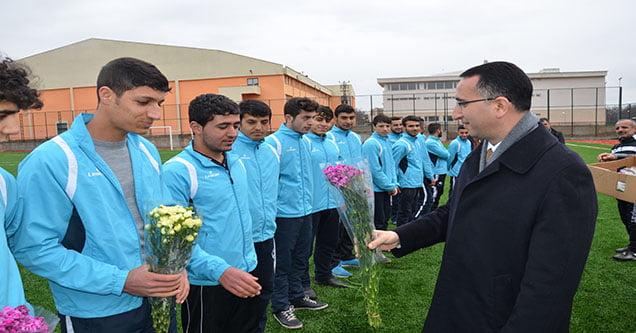 Başkan Yılmaz şampiyon genç futbolcuları kutladı