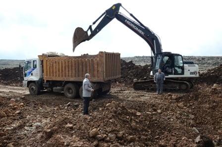 Yol yapım çalışmaları için malzeme ocaklarında çalışma