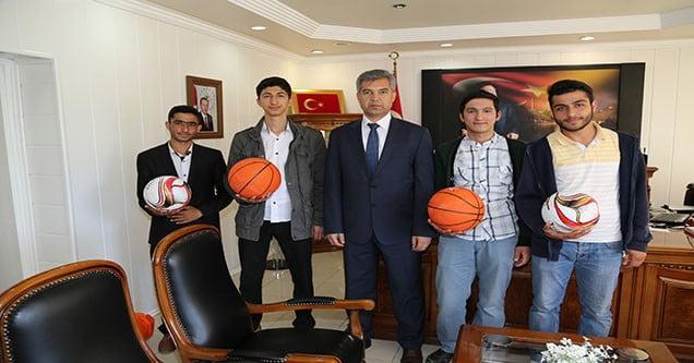 Siverek Kaymakamı Hamza Erkal'dan Sporculara Malzeme Desteği