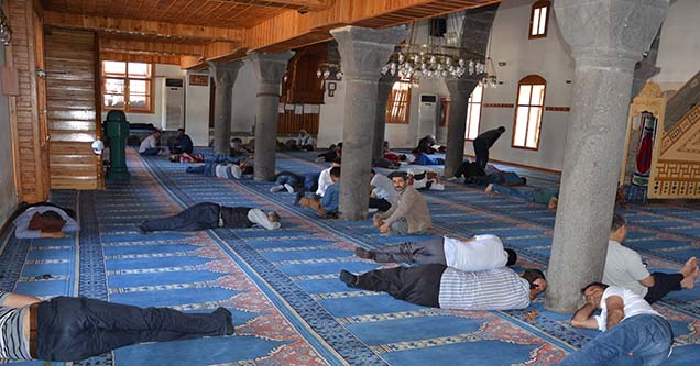 Sıcaktan bunalan Siverekliler camilere akın ediyor