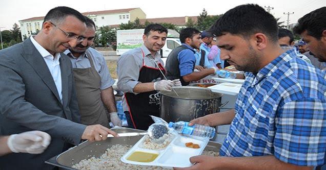 Siverek Belediyesi Bin Kişiye İftar Yemeği Verdi