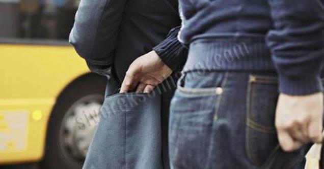 Elini öptüğü adamın parasını çaldı