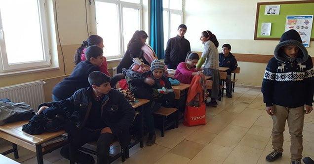 Siverekli Öğrencilere Balıkesir'den Giysi ve Kırtasiye Yardımı