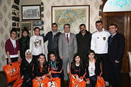 Sporcu öğrencilerden İlçe Kaymakamı Karagül'e ziyaret