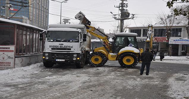 Siverek'te Yüzlerce Ton Kar Araçlarla Taşındı