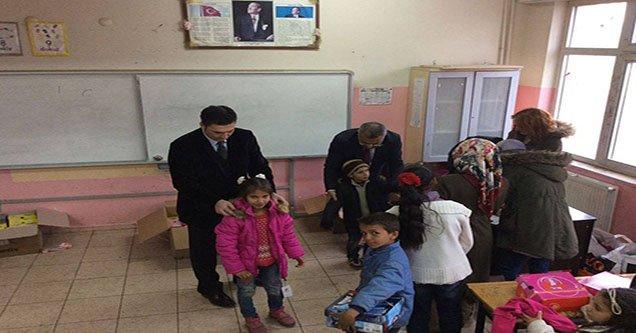 Siverek'te öğrencilere ayakkabı ve mont yardımı