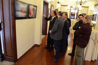 Siverek Belediye Başkanı Resul Yılmaz, SİVSAD tarafından açılan fotoğraf sergisini ziyaret etti.