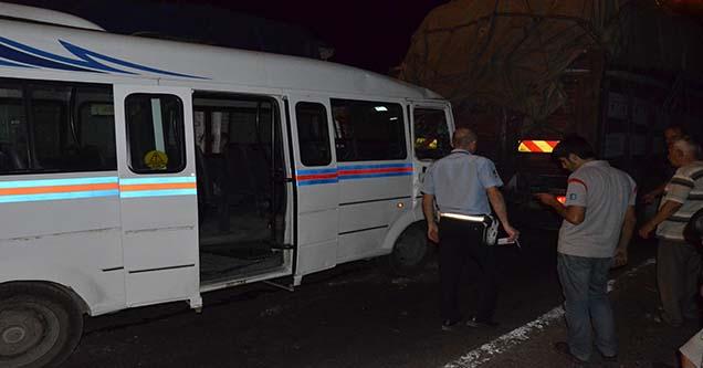 Yolcu minibüsü kamyona arkadan çarptı: 7 yaralı
