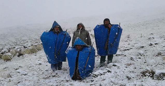 Siverekli çobanlar karda mahsur kaldı