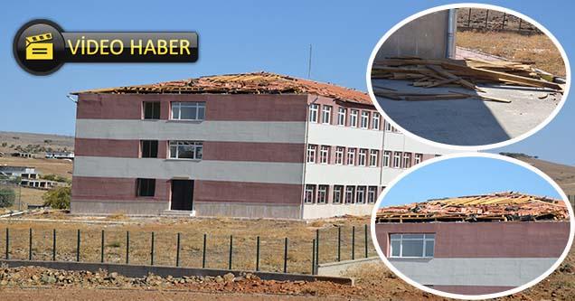 Öğrenciler tehlike saçan çatı yüzünden okula gitmiyor!