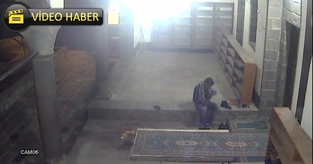 Ayakkabı hırsızı caminin kamerasına yakalandı