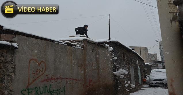 Toprak çatılı evlerde kar temizliği