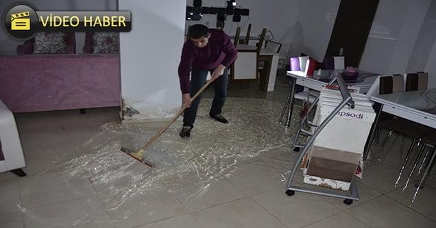 Mobilya mağazasının deposunu su bastı
