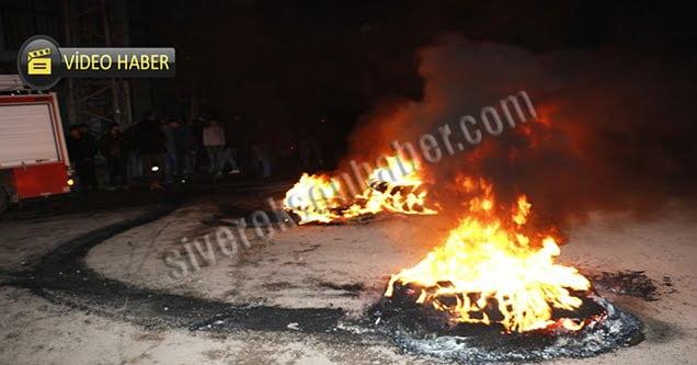 Elektrikleri kesilen mahalleli lastik yakarak yol kapattı