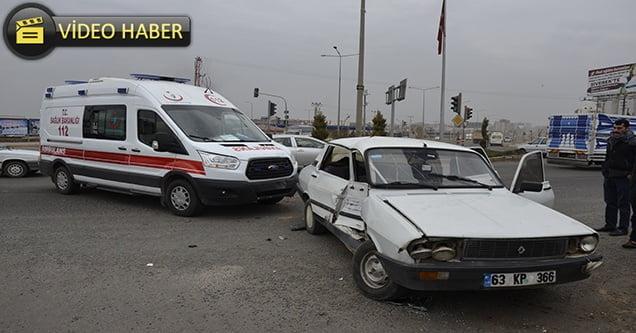 Ambulans ve otomobil çarpıştı: 2 yaralı