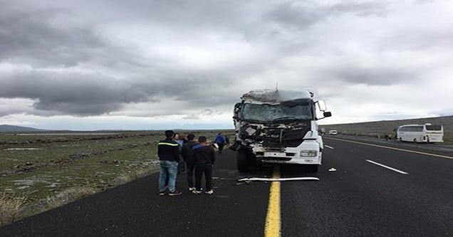 Kamyon çerçi arabasına çarptı: 1'i ağır 2 yaralı