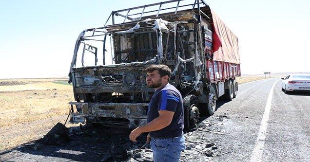 Hareket halindeyken alev alan kamyon yandı