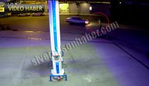 Otomobilin çarpma anı güvenlik kamerasına yansıdı