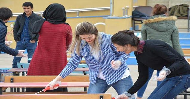 Öğretmenler sıra ve masaları rengarenk boyadı