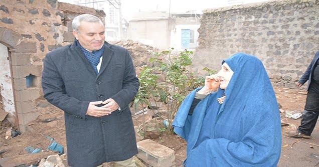 Siverek Belediyesi yaşlı kadının evini onarmaya başladı