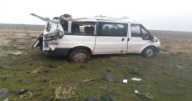 Minibüs devrildi: 3 yaralı