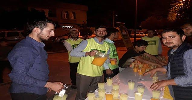 Gençlerden cami cemaatine soğuk içecek ikramı