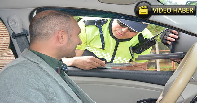 Trafik polislerinden sürücülere ceza yerine çikolata