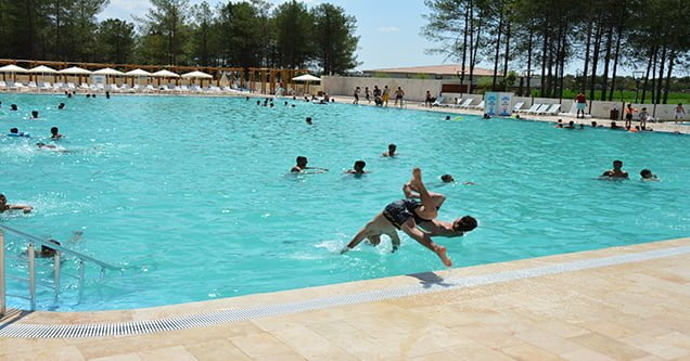 Sıcak hava havuzları doldurdu