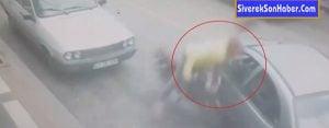 Motosikletli gencin otomobile çarpma anı güvenlik kamerasına yansıdı