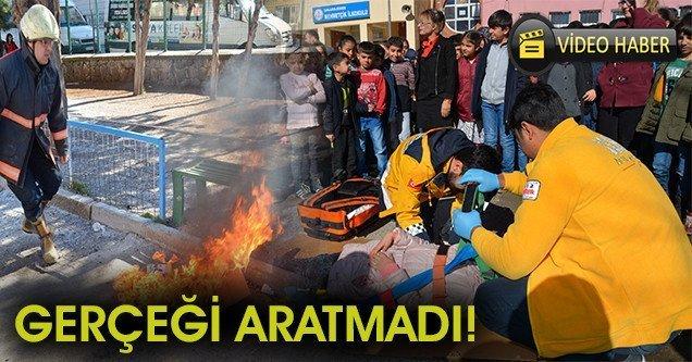 Okul öğrencilerine gerçeği aratmayan yangın tatbikatı