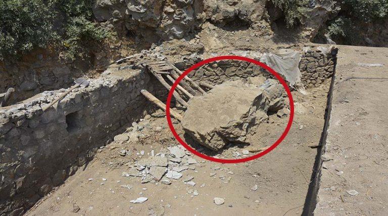Yamaçtan kopan kaya parçası ahıra zarar verdi
