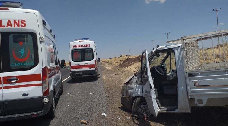 Lastiği patlayan pikap takla attı: 2 yaralı