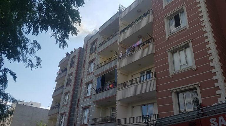 Apartmanın çatısındaki yangın paniğe neden oldu