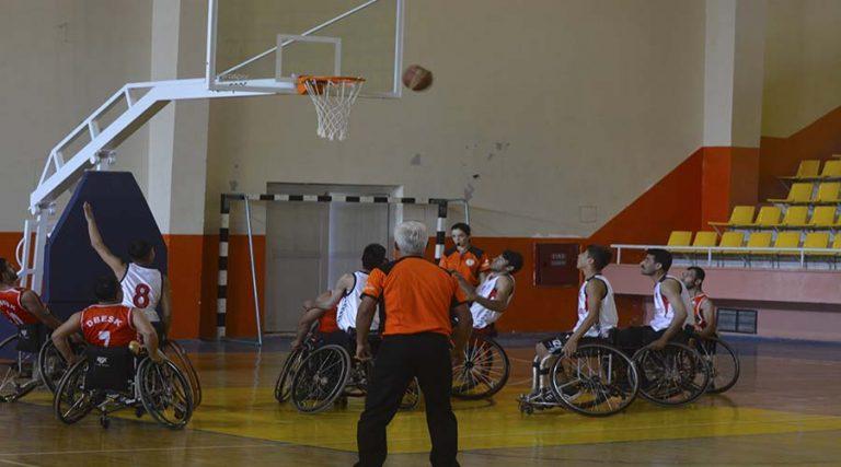 Bedensel engelliler basketbol takımı fark attı