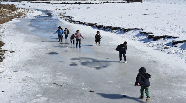 Çocuklar buz tutan derede kaymanın sevincini yaşadı