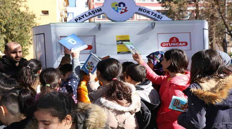 Öğrencilerden kumbaraya oyuncak ve kitap desteği
