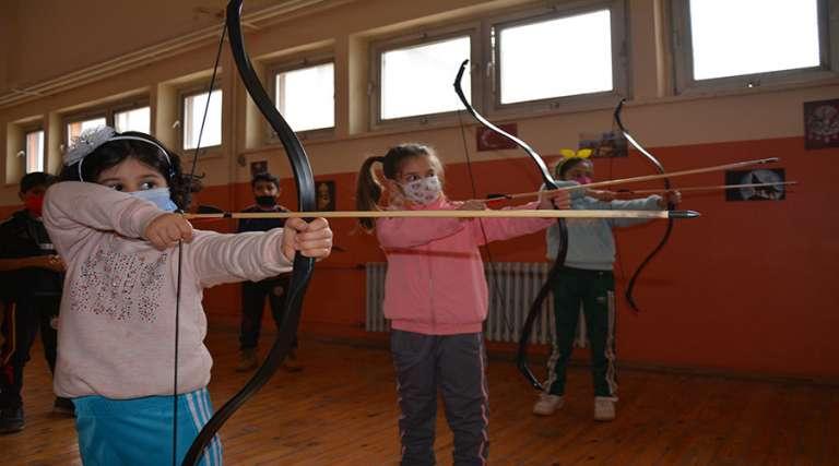 Açılan kursla ata sporu okçuluğu öğreniyorlar