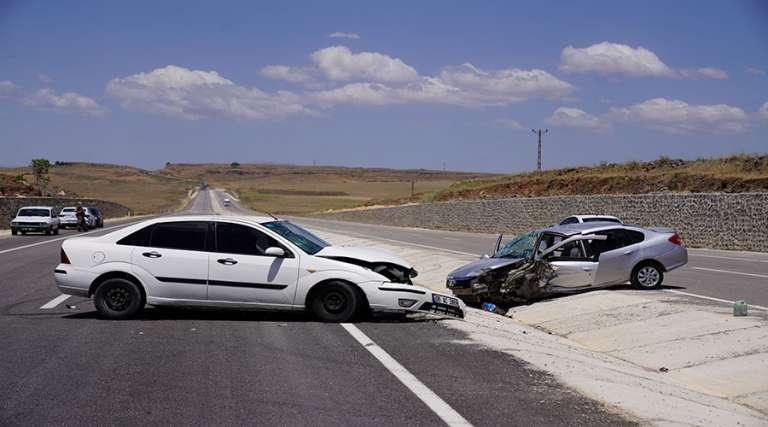 Otomobiller kafa kafaya çarpıştı: 8 yaralı