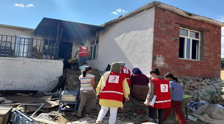 Evi yanan aileye Kızılay'dan destek